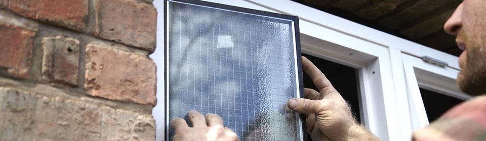 glaszetter plaatst nieuwe ruit